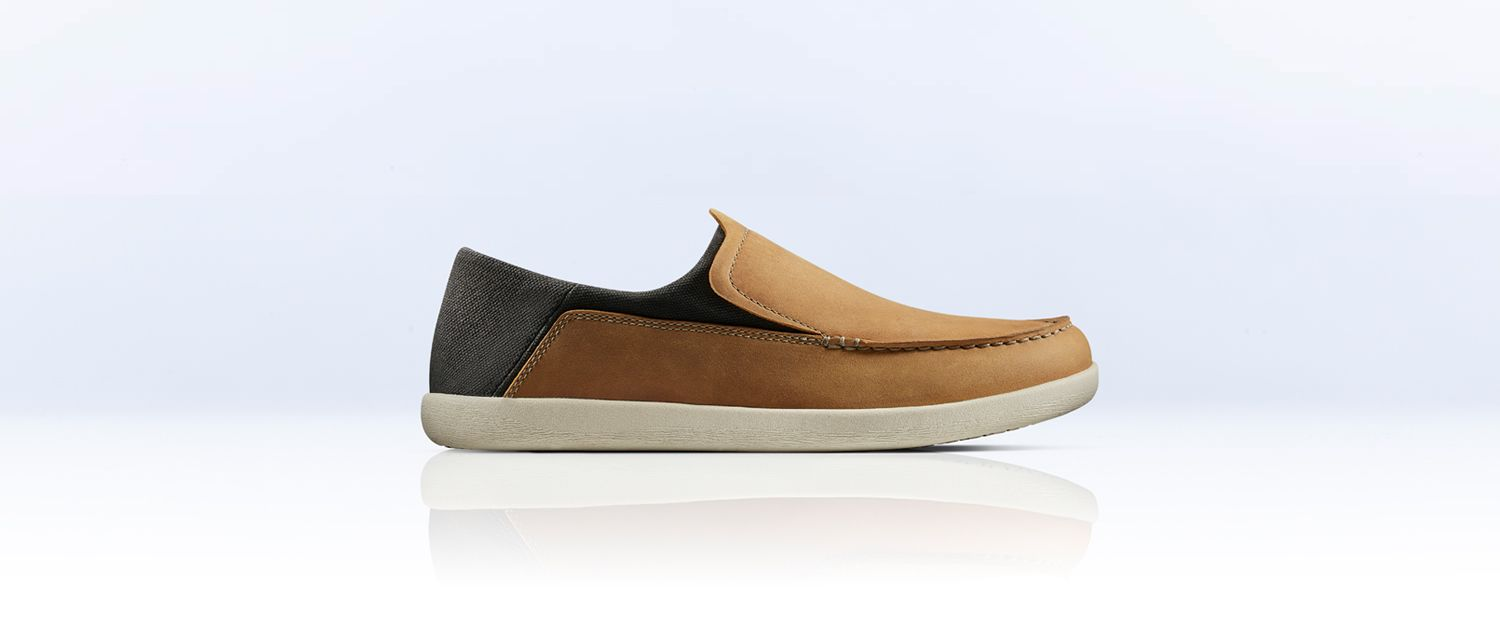 angled views of theUn Pilot Lacemens shoe in Navy