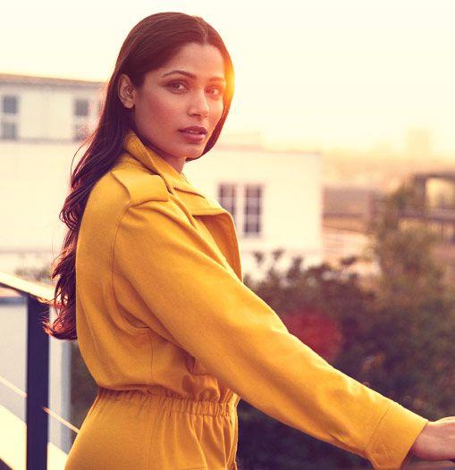 Freida Pinto posiert auf einem Balkon