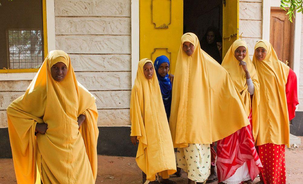 Groupe de jeunes filles dans la rue